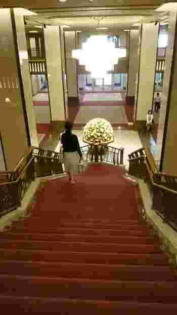 ロビーの大きな階段は結婚式でも使われる写真撮影スポット。ロビーのお花も毎月変わりますがドーム型が定番のようです。チャーリー・チャップリンやマリリン・モンローもこちらに宿泊したことがあるそう。記者からの質問に、「シャネルの5番を着て寝る」と答えたマリリンは、どんな気持ちでロビーを歩いていたのでしょう。