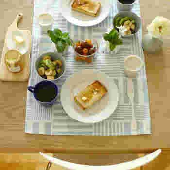 綿100%のテーブルランナーは、ランチョンマットと同じ感覚で使えます。馴染みのある素材感なので、日常使いでどんどん使っていきたいテーブルランナーですね。