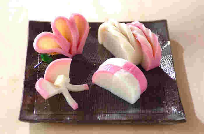 紅白のかまぼこを使った飾り切り、「市松」「ねじり」「チョウチョ」「花」の4種。同じ食材でも切り方一つでさまざまな印象に仕上がります。