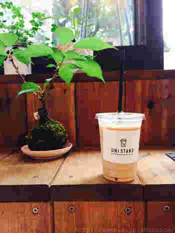 コーヒーは、深煎りのダークとちょっと酸味のあるミディアムの2種類があります。カフェオレ、ほうじ茶オレ、宇治抹茶オレなども。メニューは多くはないので、迷わずに注文できそうです。