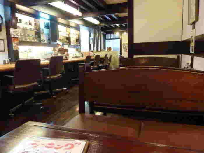 昔ながらの懐かしさを感じる店内。賑やかな商店街ですが、カフェは2Fにあるのでゆっくりとコーヒーを味わうことができます。