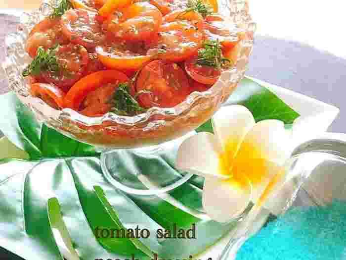 夏が旬の桃とトマトを組み合わせたサラダは、デリにありそうなおしゃれな1品。昆布つゆとオリーブオイルで作る和風ドレッシングとの相性も抜群。  冷蔵庫でよく冷やして食べるとおいしさアップ!トマトの酸味と桃の甘さがおいしいサラダです。