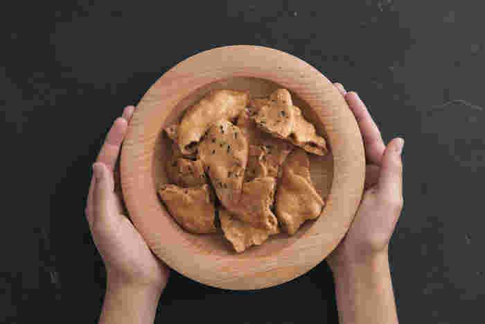 寛政元年(1789年)の創業以来、伝統的な醸造方法を守り続けている「笛木醤油」。そんな歴史ある老舗の醬油屋さんが作った「醤油屋のせんべい われせん」は、金笛丸大豆醤油から作られた旨味豊かなお煎餅です。