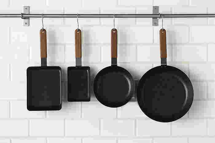 卵焼きにおあつらえ向きのフライパン。卵1個でお弁当にぴったりサイズの玉子焼きができる「角 小」と、卵2~3個用の「角」。オムレツを作るときには「丸型」をどうぞ。