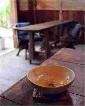 メニューは、フランスはリヨンの紅茶専門店「CHA YUAN」から届くお茶が充実していて、緑茶・烏龍茶・紅茶それぞれにあったフレーバーがあります。他に、チコリコーヒーやスムージー、ビーガンのフード、ロースイーツなどです。 乳製品・卵不使用の植物性原料のみで作られたフードは、ランチでも楽しめます。紅茶は、茶葉の販売も行っているので、気に入ったものは持ち帰れるのも嬉しいです。 素敵な器も、魅力の一つです。