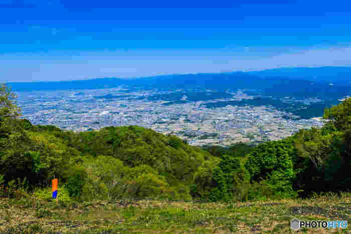 葛城山の山頂付近は眺望の開けた高原となっています。春は一面のツツジに覆われ、秋はススキ野原となる葛城山の山頂の高原からは、奈良盆地を一望することができます。この素晴らしい眺望は、ハイキングで歩いた疲れを忘れさせてくれるはずです。