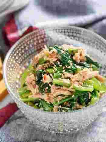 ビタミンとミネラル、鉄分やカルシウムもたっぷり含む「小松菜」と血液をサラサラにするDHA(ドコサヘキサエン酸)、タンパク質を含む「ツナ」の無限サラダ。下ゆでの必要もなくポリ袋とザルだけで簡単に作れるのも嬉しいですね。
