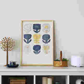 鹿児島睦さんの儚げなお花のイラストが印象的なポスターです。9個のお花がリズミカルに配置されています。一番下に余白があるところがデザイン性が高いですね。リアルなお花と一緒に飾ってあげたくなります。