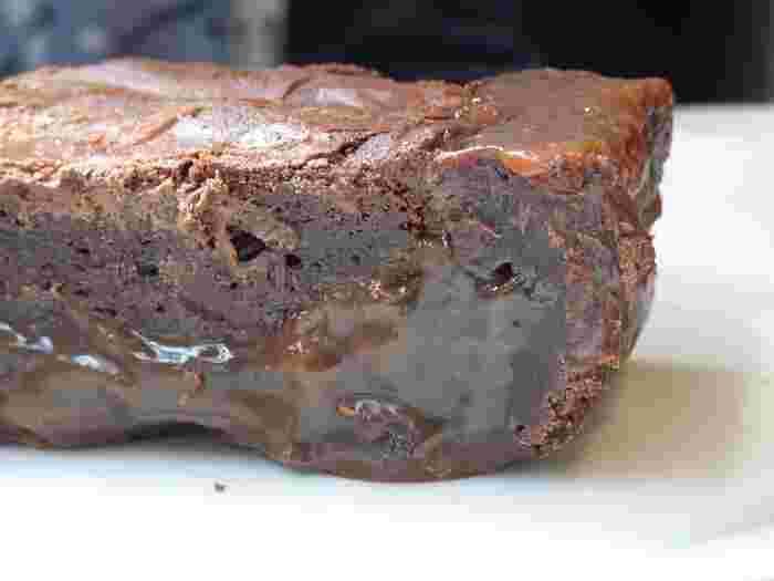 チョコレートとバターを多めにすると、どっしりとした濃厚なブラウニーに。チョコレートも、製菓用のクーベルチュールなどカカオ分が多いものを使うのがおすすめです。もっちりした食感を出すには、小麦粉やベーキングパウダーも少なめにするのがポイント。