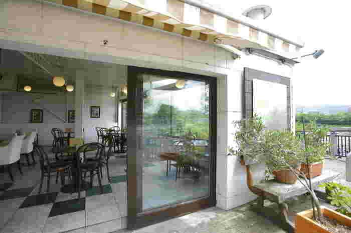 京都は川沿いにもたくさん喫茶店やカフェがありますが、中でも眺めがよいのが今出川通りの加茂大橋すぐそばにあるボンボンカフェ。