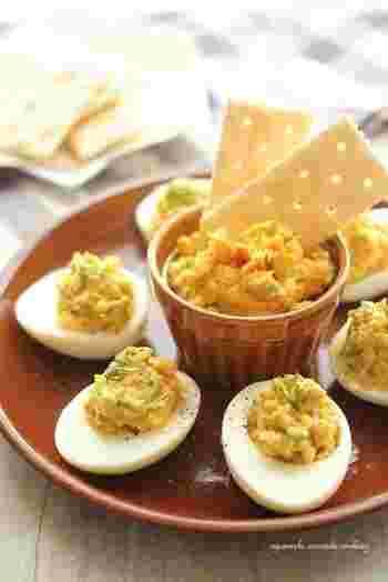 鮭フレークと卵の黄身、アボカドなどを合わせたものを白身に詰めるだけで、一気に華やかな前菜に。クラッカーやパンを添えれば、素敵なディップになります。