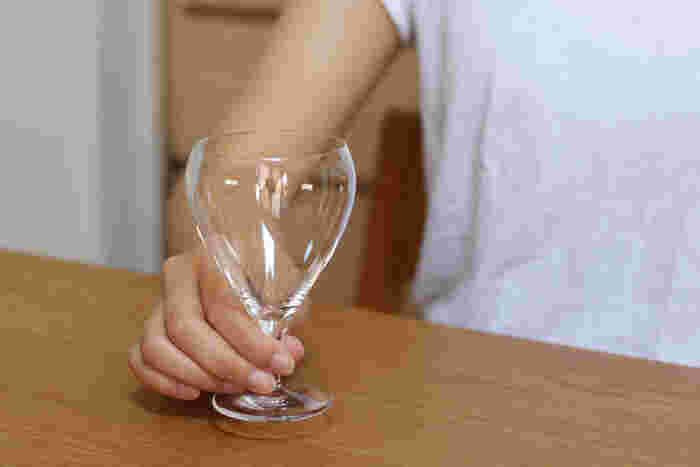 女性のひとり飲みにちょうど良い小ぶりなサイズ感、そして丸みのあるエレガントな雰囲気。高さがないので、普段使いしやすいワイングラスです。