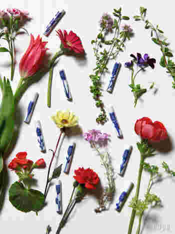 ARABIAの若手デザイナーとして注目されているヘイニ・リータフフタ図案の箸置きは、美しい花の柄。箸置きの細長い形状に合わせて真っ直ぐ描かれた花は、凛とした雰囲気を醸します。