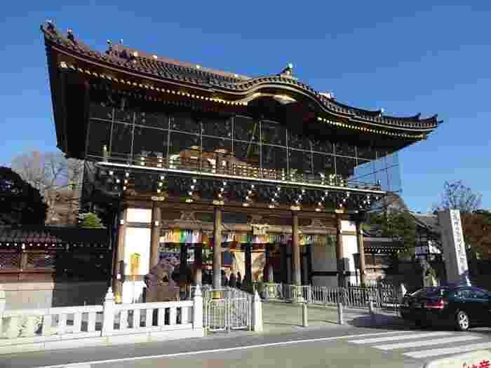 """天慶3年の開山から""""成田のお不動様""""として知られている「成田山新勝寺」。初詣や節分の様子が毎年メディアで紹介されているので、ご存知の方も多いのではないでしょうか?成田山の表玄関にあたる「総門」は、高さ15メートル、蟇股には十二支の木彫刻が施されています。"""