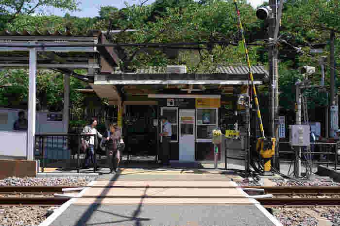 駅員さんのいる改札の反対側の改札は入出場口には改札が無く、パスモのタッチセンサーが立っているだけ。ホームを下りたら目の前がすぐに線路と言うローカルな雰囲気が漂います。電車で数分のお隣の鎌倉駅とは全く雰囲気が異なります。