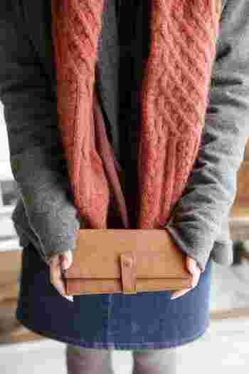 経年変化を楽しんで、自分だけのオリジナル財布に育てるのもいいですね。使い込むうちに世界でひとつだけの風合いに成長します。