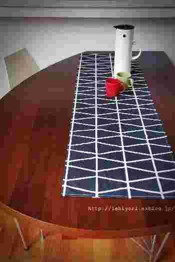変形テーブルにも長方形のテーブルランナーは使えます。見えているテーブルの面がアシンメトリーになっているのも洒落ています。