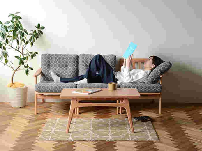 アームの無いパーツを買い足して組み立てれば、三人掛けのソファに変身。単体で使ったりと模様替えを楽しむ要素もありそう。