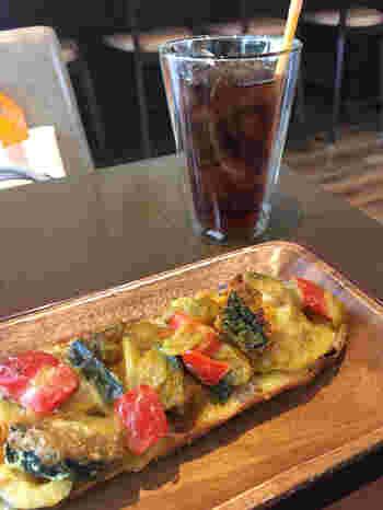 カフェでは、焼きたてのパンをコーヒーや紅茶といただけますよ。外国人のお客さんも多く、本格的なお味は折り紙付きです。