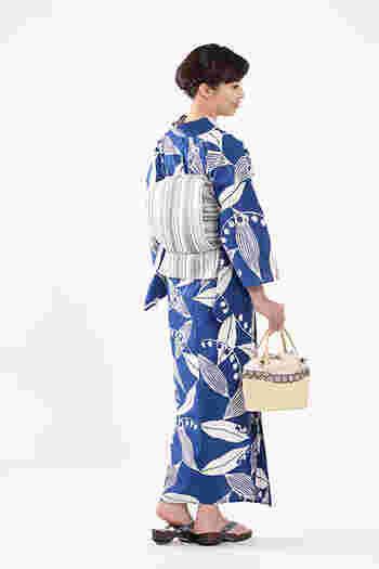 大胆な柄の浴衣と、上品な帯。ベーシックなブルーとホワイトも、こんな組み合わせなら、凛とした大人コーディネートに。
