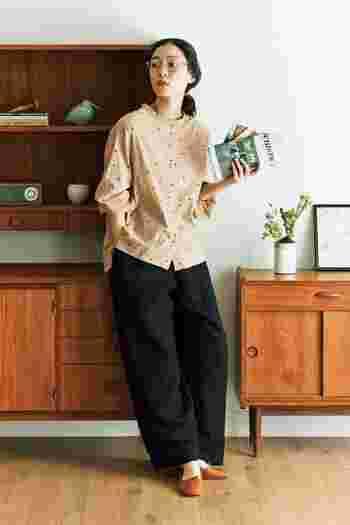 ちょっぴりガーリーな印象のドットシャツもベージュなら大人っぽく。全体をベージュ~ブラウンと黒で合わせて、統一感のあるコーデに。