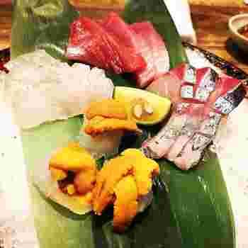 お肉の次は、お造りを。臭みがなく大ぶりなお刺身。新鮮なお魚を楽しむことができます。店内はアットホームな雰囲気なので、カジュアルなデートにおすすめです。