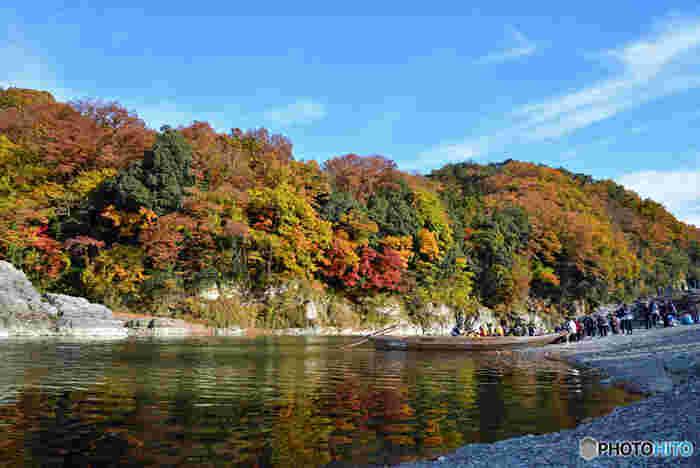 秩父鉄道秩父本線上長瀞駅近くの「親鼻橋」から、野上駅近くの「高砂橋」までの全6kmを、2つのルートに分けて下ります。途中には急流スポットがあり、スリリングな瞬間も!川から眺める紅葉は、新鮮な魅力があると思いますよ。