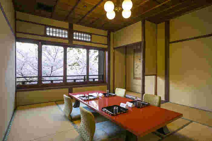 春の淀川邸では、満開の桜が咲き誇ります。お部屋の窓から、掛け軸のように美しい景色を眺めながら食事をいただき、贅沢な気分を味わってみませんか。