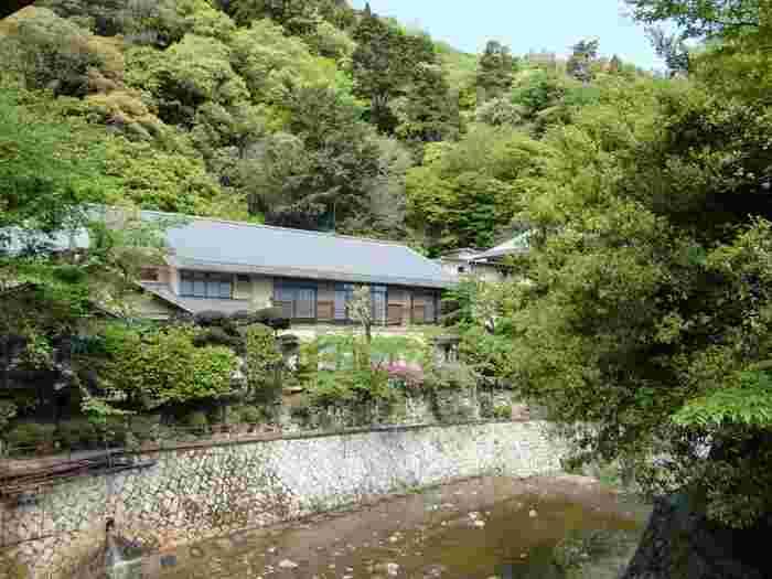 「月光園游月山荘」は兵庫県神戸市にある有馬温泉の旅館です。落葉山の麓にあり、大自然に囲まれた宿で静かに贅沢におこもりを楽しむことが出来ます。