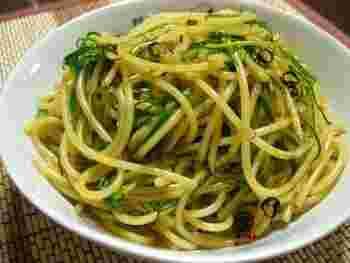 シンプルなペペロンチーノにおかひじきを混ぜ込むだけで、グリーンの鮮やかなお洒落パスタに大変身。色合いが綺麗なので、メイン料理の付け合わせにもおすすめです。