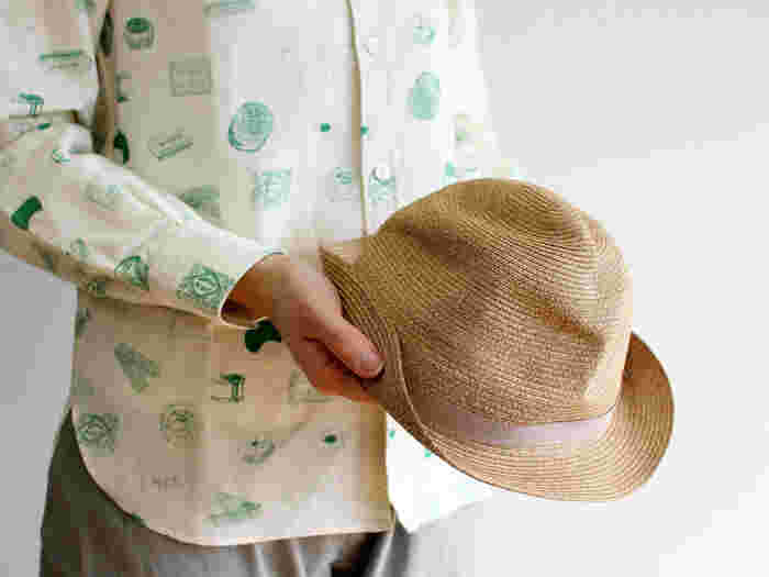 細めのリボンと4.5cmの短めブリム(=つば)でコンパクトなBOXED HAT。マチュアーハ定番モデルのひとつです。小麦色の肌のような明るいブラウンにベージュのリボンで、ちょっぴり大人顔。