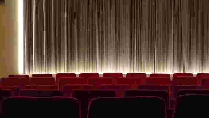 いつもスマホを見ている時間を、もっと別のものを見る時間に充ててみましょう。スマホで簡単に見られるようになった映画も映画館で見てみるとまた違った感想を持てそうです。