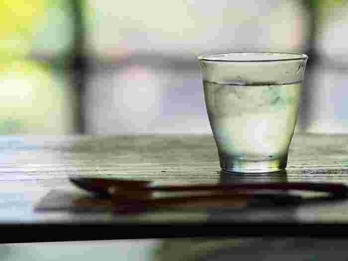 一杯の水を飲む前に、口をゆすぎましょう。口の中は意外と雑菌がいるので、きれいにしてから飲みます。飲む時は、ゆっくりとちびちび飲むより一気に飲むほうが効果が出るとされます。胃腸への刺激が大きすぎてお腹が痛くなる場合もあるので、体質に合わせて調節していきましょう。