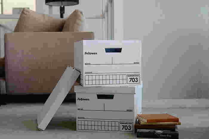 季節もの、雑貨や本、書類、衣類、ファブリックなど、なんでも入る「バンカーズボックス」。銀行の書類整理に使われていた箱がもとになっており、シンプルさと丈夫さが人気です。箱の横に何が入っているか直接書き込めるので、あとから「あれはどこにしまったっけ?」と悩む心配もなさそう。
