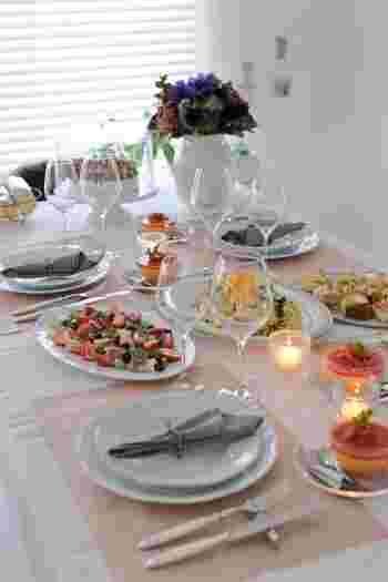 真っ白なテーブルクロスに、桜を思わせる柔らいピンクのクロスの組み合わせです。春のテーブルにぴったりですね。 ちなみにクロスは撥水加工なので扱いやすいそうですよ。
