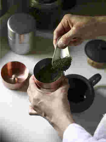 角を落とした丸みのあるフォルムは、手にしっくりとなじみ、また、キッチンに置いておくだけでも絵になります。 茶匙もご用意していますので、セットで揃えて、上質なお茶の時間を贈ってみてはいかがでしょうか。
