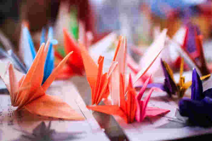 """江戸時代には、折り紙が""""粋な遊び""""として子どもや女性を中心に広まっていきました。浮世絵にも折り紙で遊ぶ様子が描かれています。"""