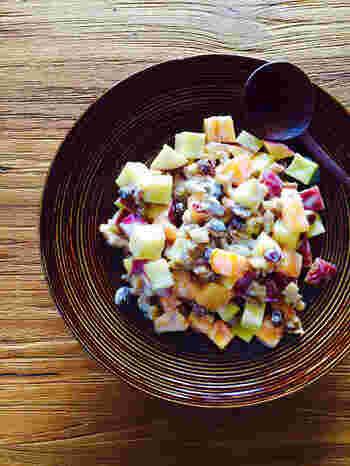 秋の味覚盛りだくさんの柿とサツマイモを使ったクリーミーなサラダ。ヨーグルトとマヨネーズで和えるだけですが、彩りもよく見た目も美しいうえに、とても簡単に作れます。ポイントは食材の形を統一すること!これを意識するだけで見栄えがアップしますよ。