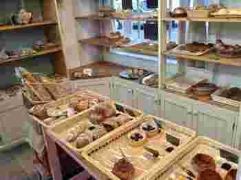 カラメルやナッツ、ジャム、クリームなどがトッピングされた甘いパンやオリーブや野菜の乗った惣菜パンも充溢しています。