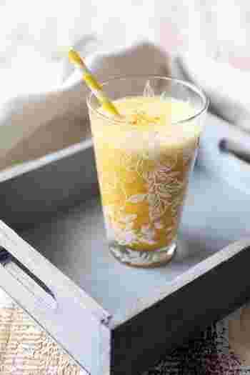 市販のジュースには砂糖が多く含まれているので、できればお水やお茶などがおすすめですが、もしジュースを飲むのであれば、100%のオレンジジュースやりんごジュースなど、自然の旨味を生かしたものを選んで。もし少し時間に余裕があるなら、生のフルーツを使って手作りすれば、ビタミンや食物繊維も効果的に摂れるので理想的。