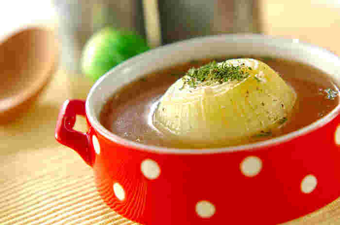 【丸ごと玉ネギのスープ】 陽性食品である玉ネギを丸ごと1個使ったインパクト大のスープ。シンプルな味付けで、やさしい甘みが体に染み渡ります。上下に十字に切り込みを入れることで、火が通りやすく柔らかく仕上がります。