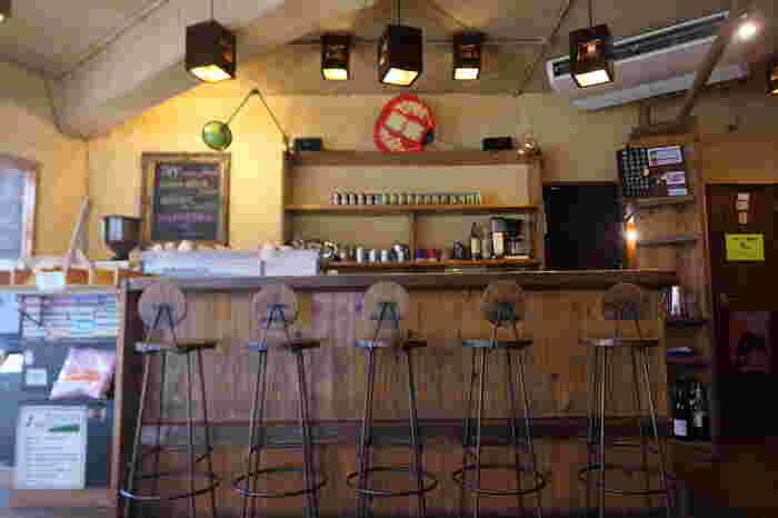木を基調とした手作り感のある店内のカウンター席は、スタッフさんとの会話やコーヒーを淹れる様子を眺められる特等席。独特の雰囲気のランプは、アメリカ・オレゴン州の形に光が漏れるよう再現しているそう。