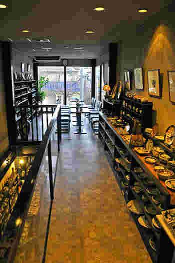 2階へ上がる階段沿いの洋食器やガラス食器、漆器も取り扱っています。オーナー自ら全国で買い付けた品々の中には、お気に入りのひと品が必ず見つかるはず。