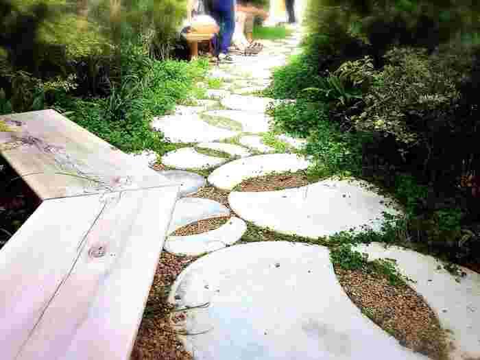 オシャレな建物の外には、緑あふれるスペースも用意。 nicoeのロゴになっている小道を歩きながら食べるスイーツは、心が癒されること間違いなし。