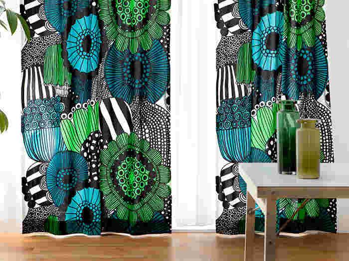 思い切って大胆な柄物をカーテンに使うと一気にお部屋の雰囲気が変わります!こちらはmarimekko(マリメッコ)のSiirtolapuutarha(シイルトラプー タルハ)という柄。家庭菜園をテーマにしたデザインです。