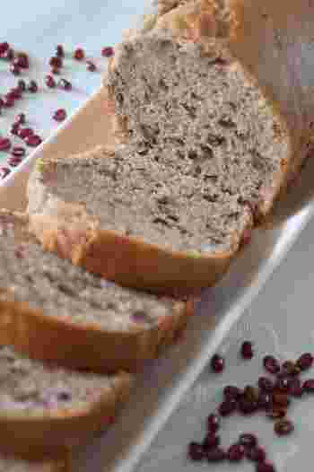 パウンドケーキもホットケーキミックスがあれば手軽に作れます。こちらは、ゆであずき缶を使ったお手軽レシピ。時には和スイーツも良いですね。
