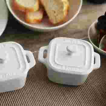 蓋付きタイプもあります。こちらは、ココット鍋でも登場したストウブのセラミック製ミニココット。サラダや前菜を盛り付けるのはもちろん、電子レンジ調理してそのままテーブルに出せるのがいいですね。