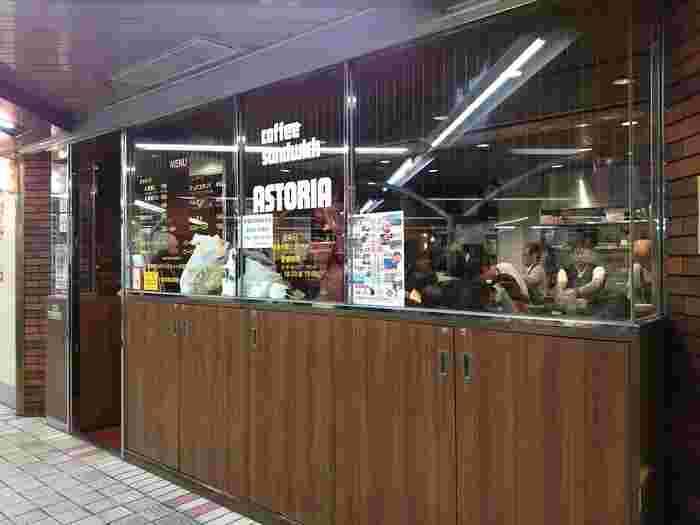 ガラス張りの開放的なお店は昭和からずっと変わらない懐かしい店構えです。