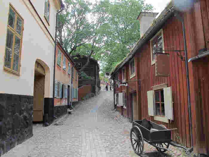 野外博物館スカンセン(Skansen)では、このように古い町並みが再現されているエリアがあり、昔の人々の暮らしぶりを学べます。敷地内には、スカンジナビア地方に生息する動物に会える動物園もあります。