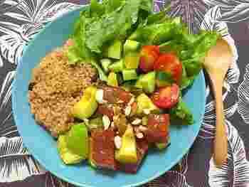 ハワイの伝統料理マグロを使ったポキ。こちらのレシピは、アボカドも一緒に和えて彩りもバランスもアップ!仕上げにミックスナッツを振りかければ、香ばしさと食感も楽しめます。